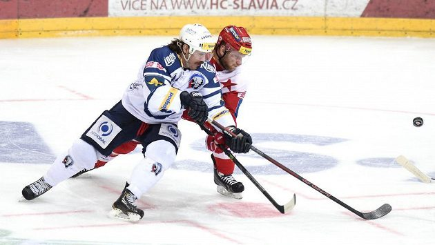 Plzeňský útočník Ryan Hollweg (vlevo) a David Štich ze Slavie během utkání Tipsport extraligy v pražské O2 Areně.