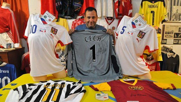 Učitel italštiny Kenneth Formoso s podepsaným dresem Petra Čecha.