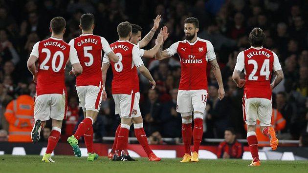 Útočník Arsenalu Olivier Giroud se dělí se spoluhráči o radost z gólu proti West Hamu.
