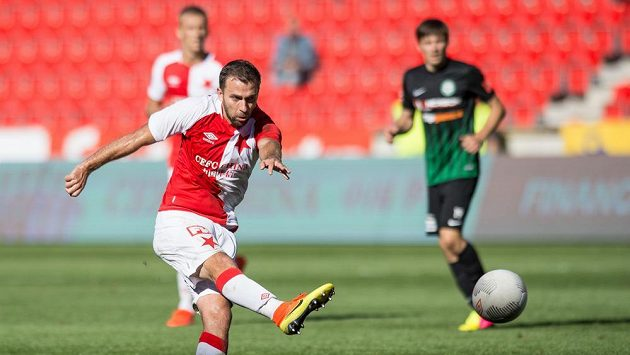 Záložník Slavie Praha Josef Hušbauer střílí gól proti Příbrami na 3:0.