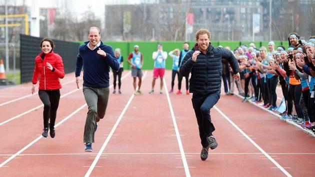 """Hoši z královské rodiny a žádné vychování! Copak v Británii neplatí """"Ladies first""""?"""