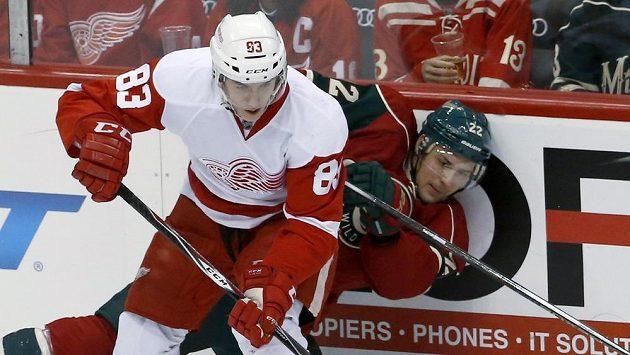 Tomáš Nosek v dresu Detroitu (vlevo) v duelu s Minnesotou.