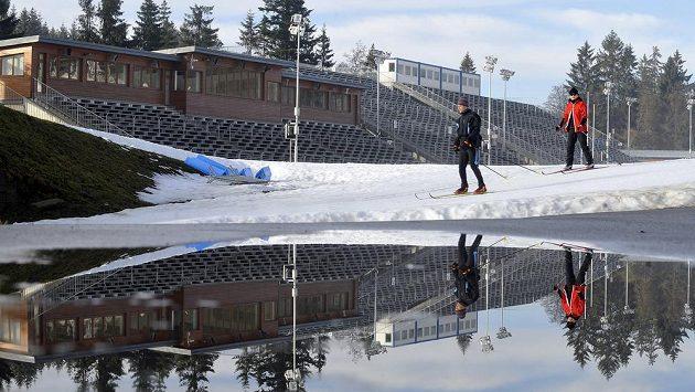 Vysočina Aréna v Novém Městě na Moravě. Kvůli vysokým teplotám se vedle tratí objevují velké louže z rozpuštěného sněhu.