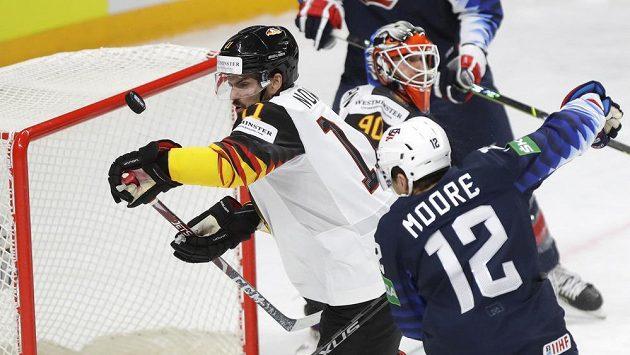 Německý obránce Marco Nowak (vlevo) bojuje před vlastní brankou s hráči USA.