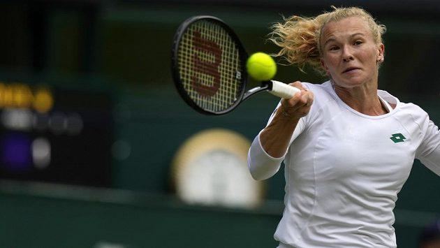 Česká tenistka Kateřina Siniaková v akci ve Wimbledonu.