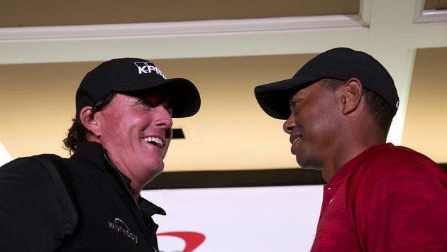 Pohádkových devět milionů dolarů je ve hře v exhibičním souboji golfových hvězd Tigera Woodse a Phila Mickelsona (vlevo)