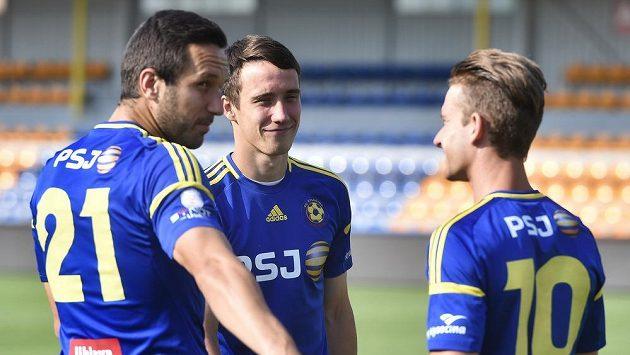 Jihlavští fotbalisté (zleva) Haris Harba, Davis Ikaunieks a Jan Záviška.