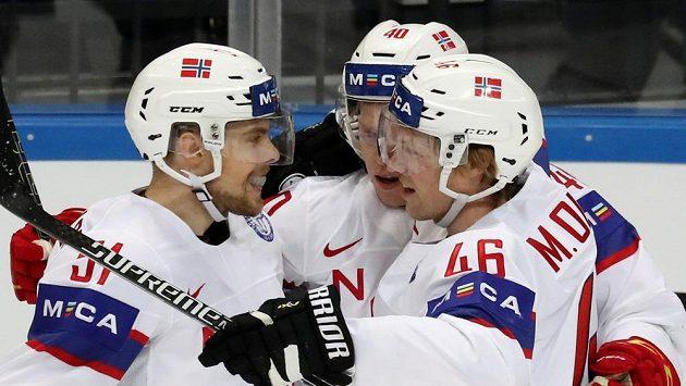 Norští hokejisté slaví gól proti Lotyšsku.