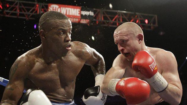 Peter Quillin (vlevo) odolává náporu českého boxera Lukáše Konečného.