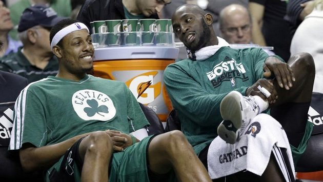 Basketbalisté Paul Pierce (vlevo) a Kevin Garnett.