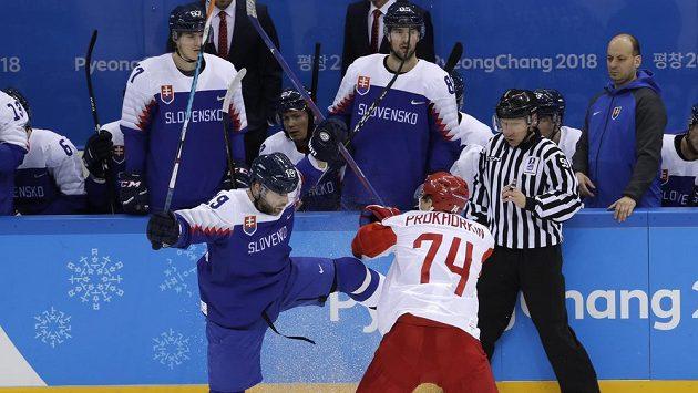 Tomas Starosta ze Slovenska Nikolaj Prohorkin z OSR v zahajovacím utkání na olympiádě.