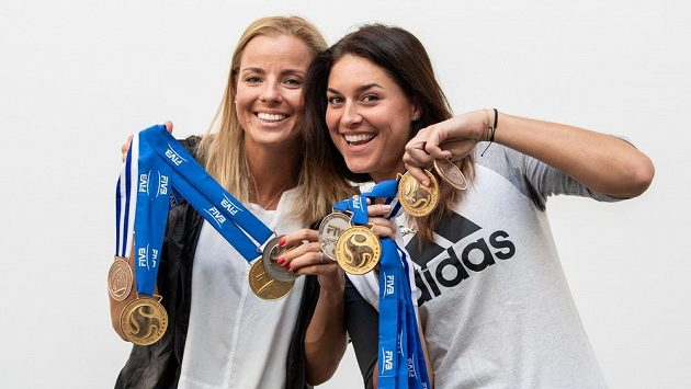 Beachvolejbalistky Markéta Nausch Sluková (vlevo) a Barbora Hermannová a jejich medaile z úspěšné sezony.
