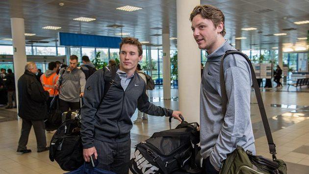 Sam Reinhart (vpravo) a Brendan Gallagher během odletu na MS 2016 do Moskvy