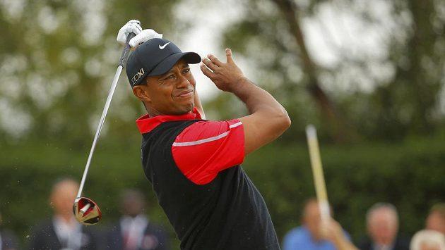 Nespokojený americký golfista Tiger Woods po jednom z odpalů.