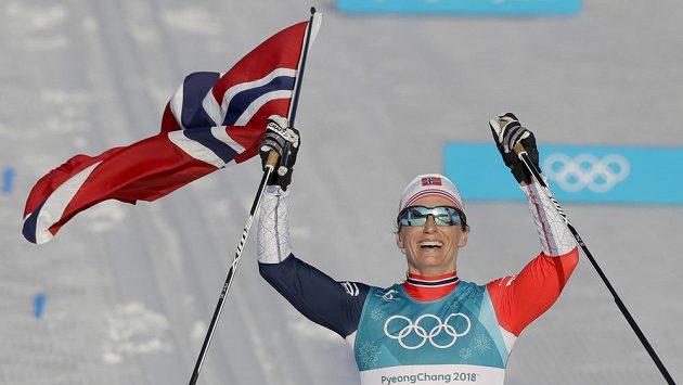 Norka Marit Björgenová dojíždí na prvním místě v závodě na 30 km klasicky na ZOH v Koreji.