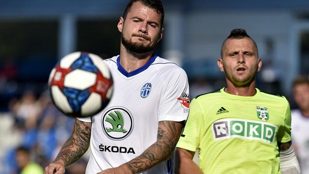 Zleva Daniel Pudil z Boleslavi a Matúš Čonka z Karviné.