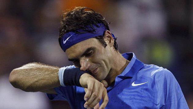 Poražený Roger Federer odchází z kurtu.