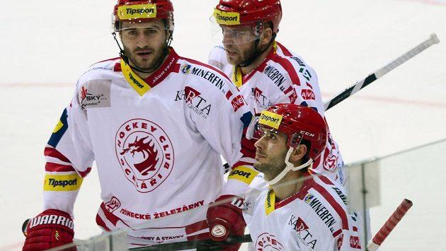 Třinecký útočník Erik Hrňa (vpravo dole) se spoluhráči Tomášem Linhartem (vlevo) a Lukášem Galvasem.
