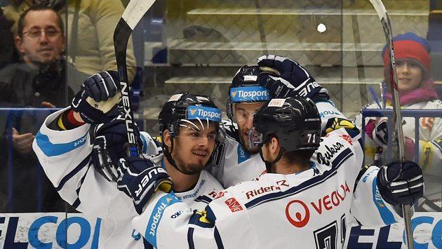 Vítkovičtí hokejisté slaví gól.