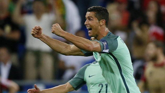 Radost Cristiana Ronalda po gólu, který vstřelil Walesu.