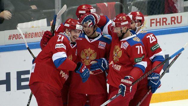 Ruský hokejista Sergej Kalinin (vlevo) slaví se spoluhráči gól proti Švédsku na turnaji Channel One Cup .