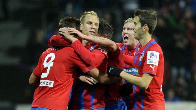 Fotbalisté Plzně se radují z gólu proti Jablonci.