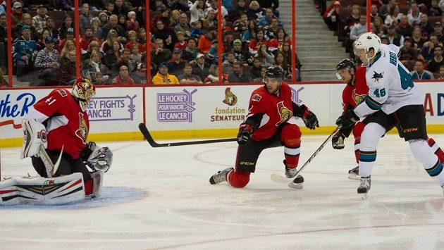 Tomáš Hertl (zcela vpravo) střílí gól do sítě Ottawy.