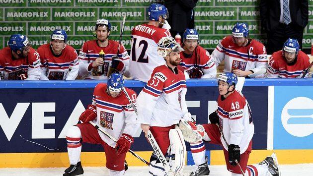 Čeští hokejisté (zleva) Michal Jordán, Alexander Salák a Tomáš Hertl po utkání se Švédy na MS v Praze.
