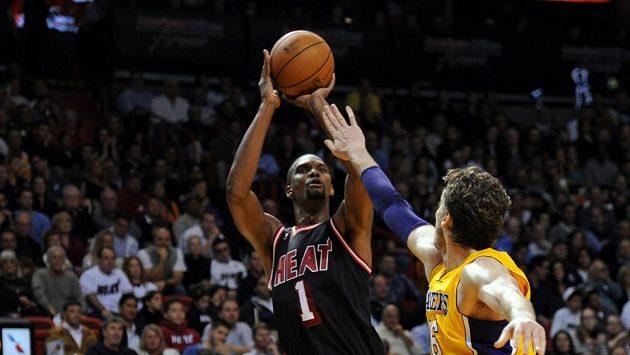 K výhře Miami pomohl 31 body Chris Bosh (vlevo).