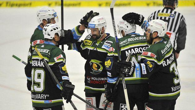 Karlovarští hokejisté se radují z gólu ve Zlíně.