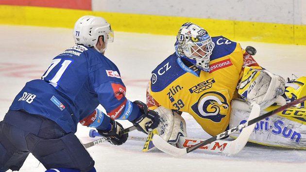 Zlínského brankáře Libora Kašíka prověřil utkání 24. kola hokejové Tipsport extraligy plzeňský útočník Luboš Rob.