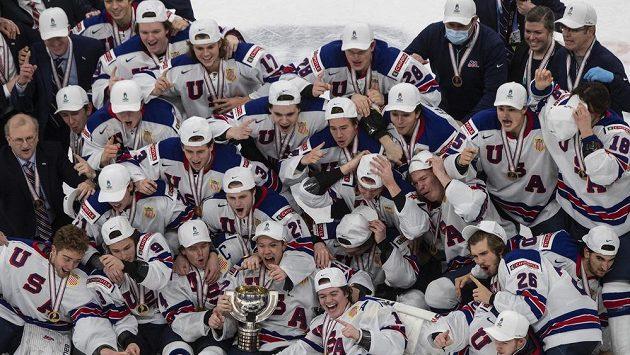 Mladí hokejisté USA vyhráli mistrovství světa hráčů do 20 let, když ve finále zdolali Kanadu. Na snímku slaví titul.