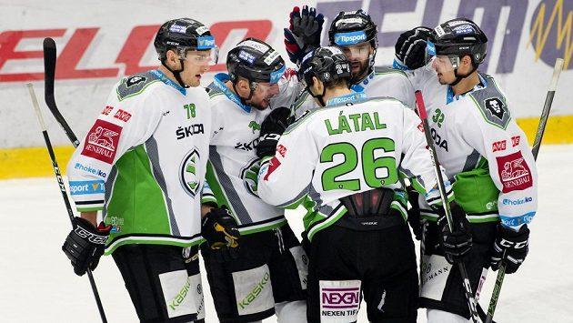 Hráči Mladé Boleslavi se radují z gólu proti Třinci.