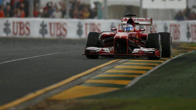 Španěl Alonso z Ferrari na okruhu v Albert Parku v australském Melbourne.