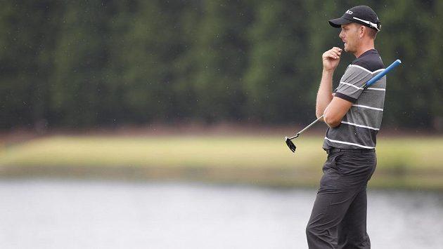 Henrik Stenson sleduje dráhu svého úderu na šestém greenu během golfového turnaje v Atlantě.