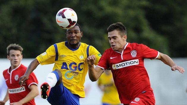 Jan Sýkora z Brna (vpravo) a Franci Litsingi z Teplic bojují o míč.