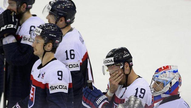 Smutní slovenští hokejisté po skončení zápasu s Francií. Zprava brankář Ján Laco, útočníci Michel Miklík, Dávid Skokan (č. 9) a obránce Juraj Valach.