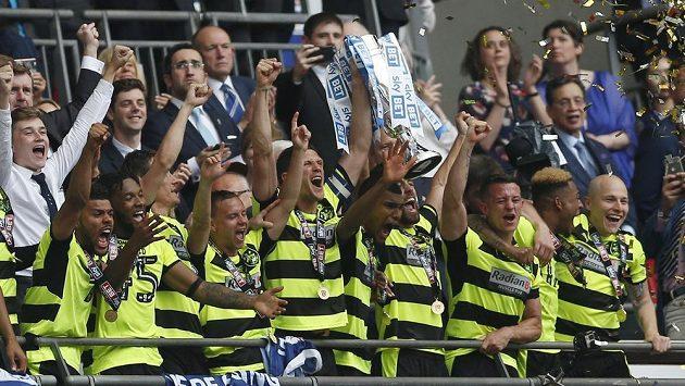 Fotbalisté Huddersfieldu s trofejí pro vítěze play off Championship.