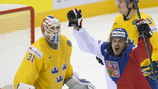 Martin Zaťovič se raduje z gólu. Vlevo švédský brankář Anders Nilsson, vzadu Erik Gustafsson ze Švédska.