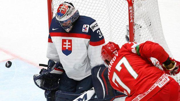 Brankáre Slovenska Julia Hudáčka se snaží překonat Bělorus Alexander Kitarov.