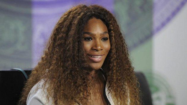 Americká tenistka Serena Williamsová na tiskové konferenci před začátkem Wimbledonu. Za svá útočná slova se Marii Šarapovové omluvila.