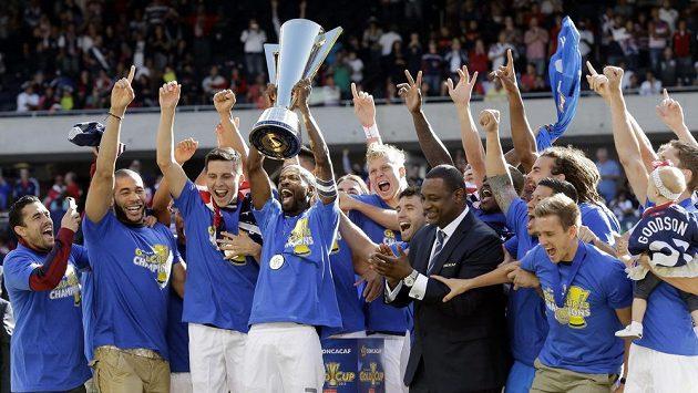 Fotbalisté Spojených států amerických se radují z vítězství ve Zlatém poháru.