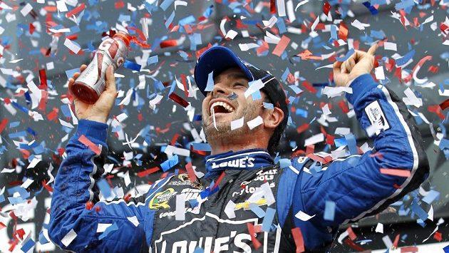 Jimmie Johnson se raduje z vítězství.