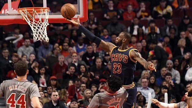 LeBron James (23) z Clevelandu přechytračil obranu Chicaga a střílí jednoduchý koš.