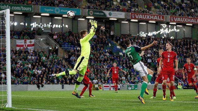 Je zle! Fotbalista Severního Irska Jonny Evans překonává gólmana Tomáše Vaclíka v utkání kvalifikace o postup na MS 2018. Češi v tu chvíli prohrávali 0:1.