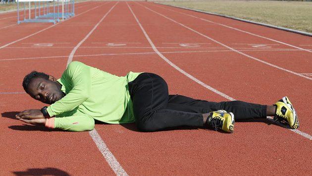 Sprinter Jerrel Feller se ukládá ke spánku přímo na běžecké dráze.