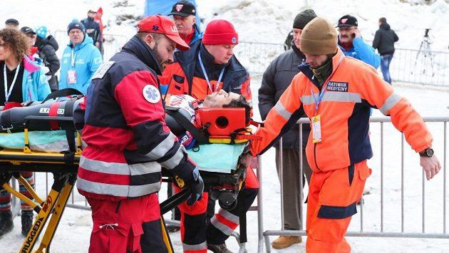 Skokan na lyžích Anders Bardal v péči lékařů po pádu ve Wisle.