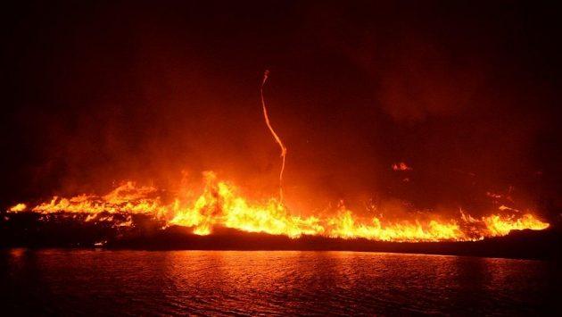 Kalifornii zasáhly požáry katastrofických rozměrů. Lidé mají čas zachránit jen to nejdůležitější.