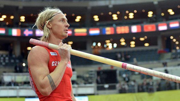 Tyčkař Michal Balner při kvalifikaci halového mistrovství Evropy v Praze.