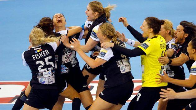 Házenkářky CSM Bukurešť se radují z vítězství ve finále Final Four.